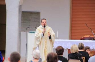 Gli auguri delle comunità di Scillichenti e Stazzo al parroco don Mario Camera